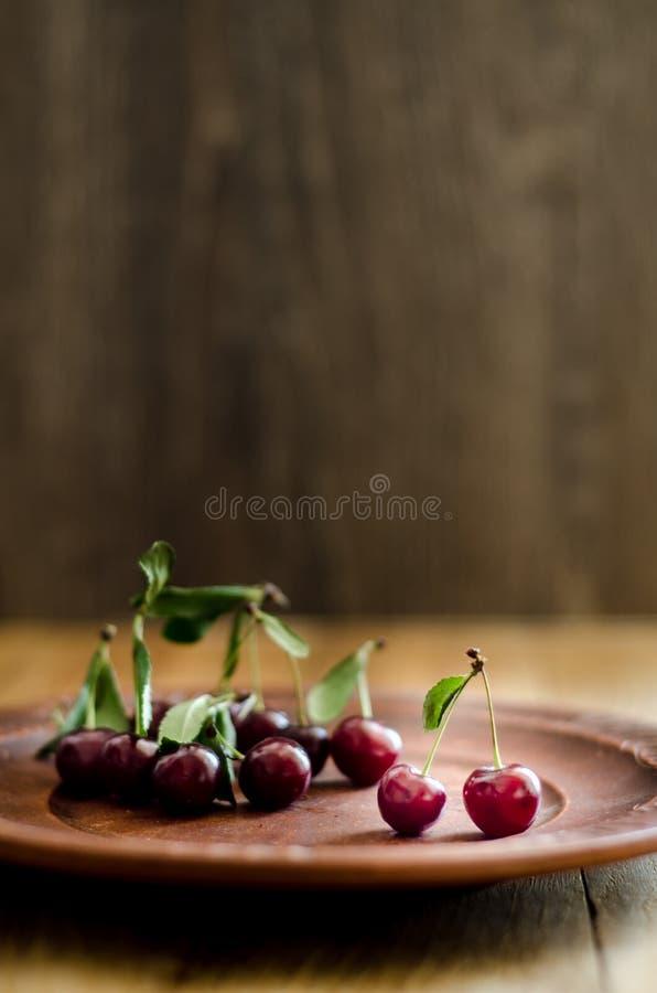 在黏土葡萄酒板材的樱桃 免版税库存照片