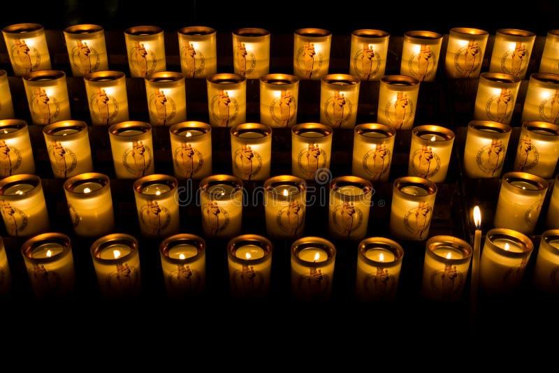 在巴黎圣母院里面的蜡烛 库存照片