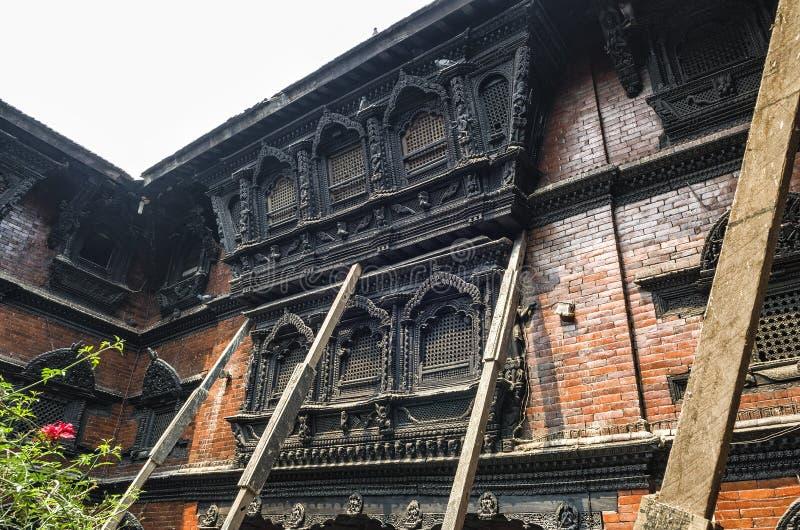 在2015年在生存女神在大地震以后的Kumari Devi,加德满都,尼泊尔的Kumari Ghar寺庙的惊人的建筑学 库存照片