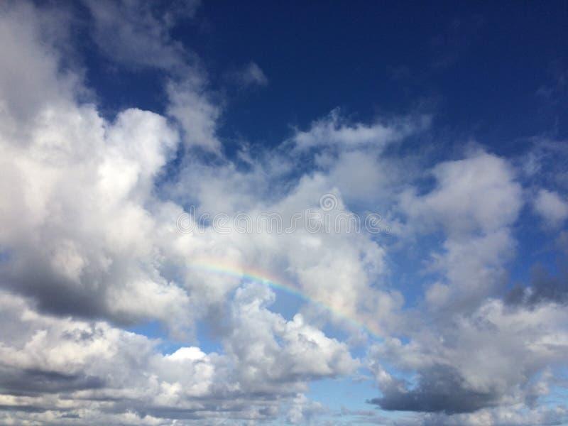 在从在考艾岛海岛,夏威夷上的Lumahai海滩看见的天空的彩虹 库存照片