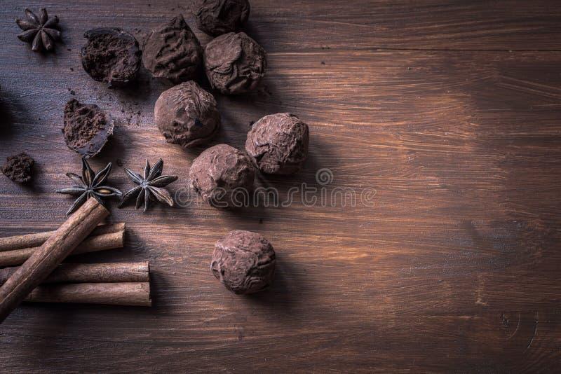 在织地不很细木背景,顶视图的块菌状巧克力 免版税图库摄影