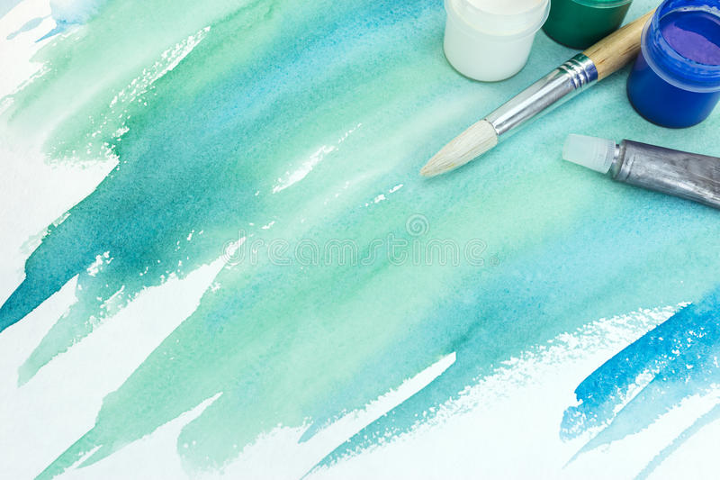 在织地不很细纸的手画水彩背景在绿色co 库存照片