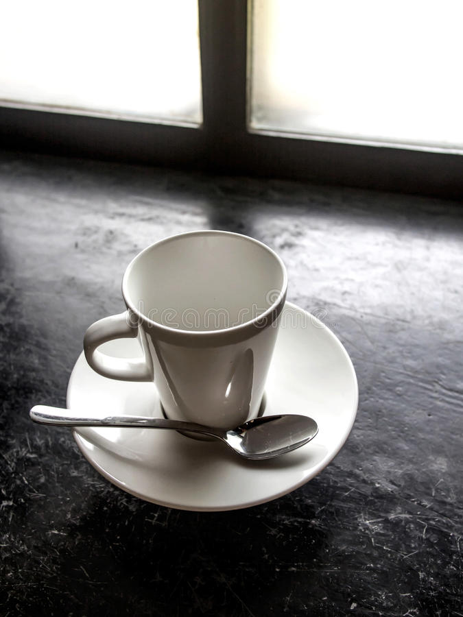 Download 在黑地板上的空的白色杯子 库存照片. 图片 包括有 对象, 饮料, 黑暗, 关闭, 降低, 陶瓷, 餐具 - 72363462
