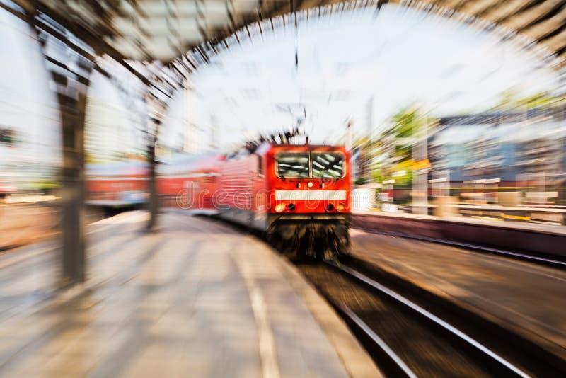 在驻地的到达的火车 免版税库存图片
