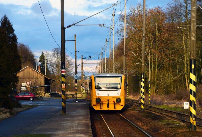 在驻地的黄色火车 库存照片