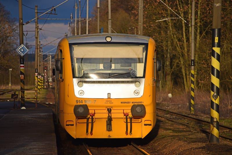 在驻地的黄色火车 库存图片