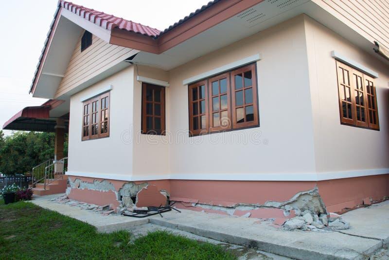 在破坏以后部分地collaped倒塌的房子 免版税库存图片