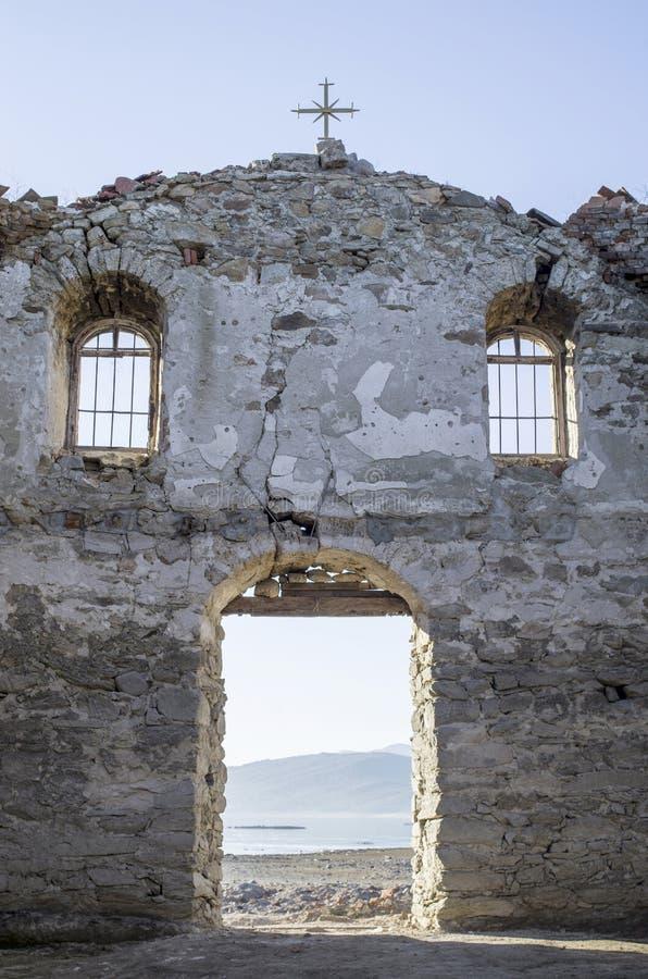 在水坝的Jrebchevo被破坏的农村教会里面,保加利亚 免版税库存图片