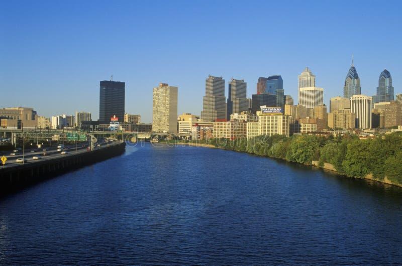 在费城地平线从Schuylkill河, PA的日落 库存照片