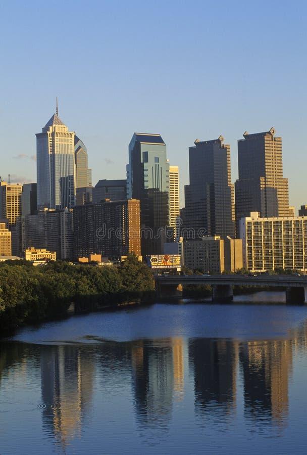 在费城地平线从Schuylkill河, PA的日落 免版税库存照片