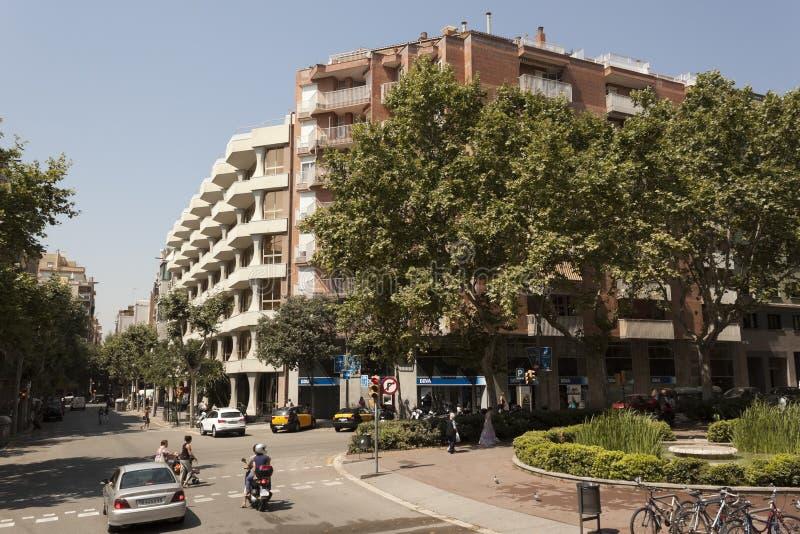 在巴塞罗那街道上的交通  免版税库存图片