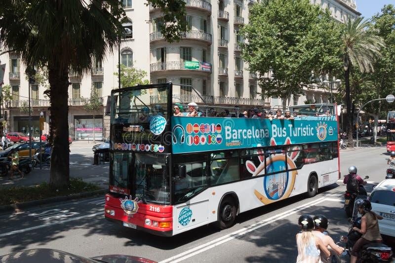 在巴塞罗那街道上的公共汽车Touristik  免版税库存照片