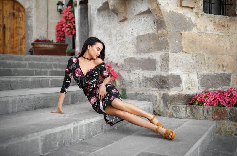 在巴塞罗那街道的美丽的妇女画象  免版税图库摄影