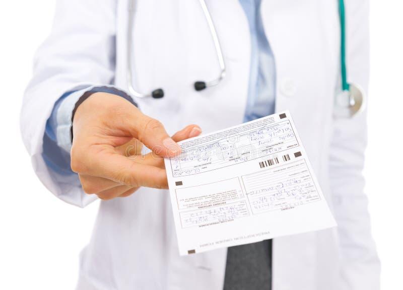 在给处方的医生妇女的特写镜头 免版税图库摄影