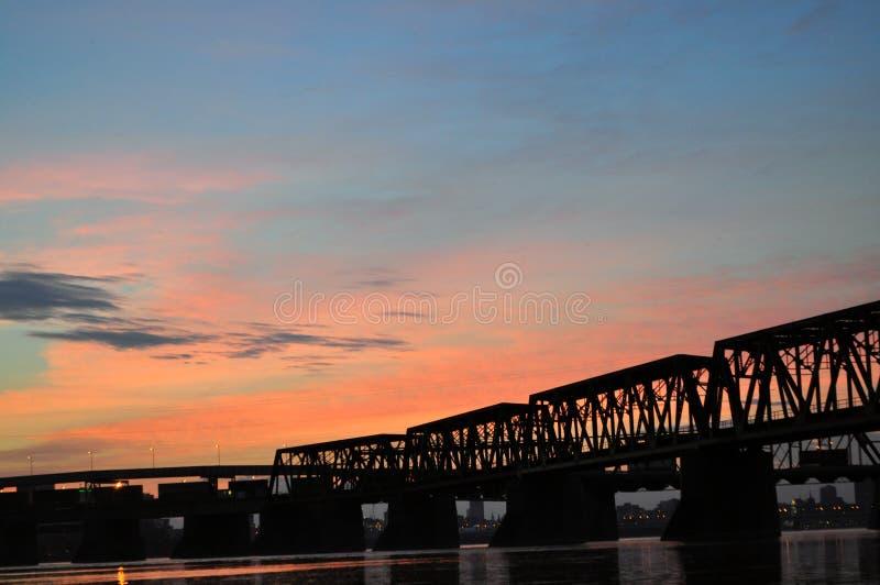在维多利亚桥梁的日落 免版税库存图片