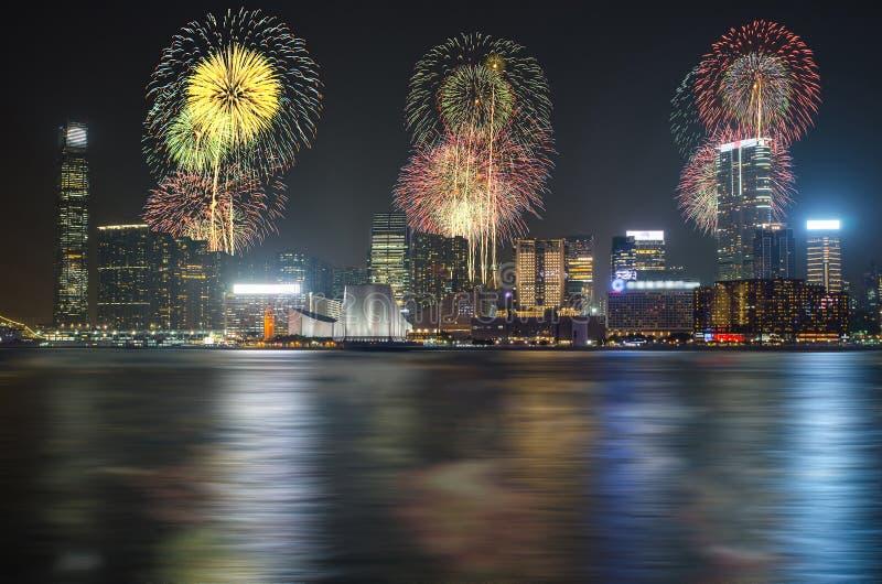 在维多利亚港口的香港农历新年烟花 免版税图库摄影