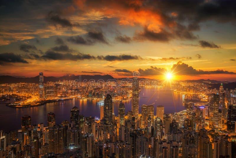 在维多利亚港的日出如被观看在太平山上面 图库摄影