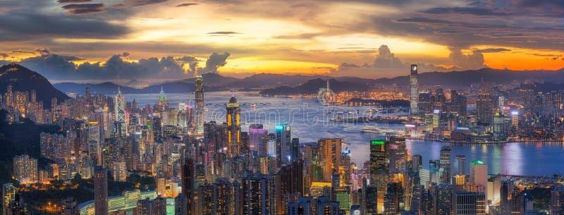 在维多利亚港的日落如被观看在太平山上面与Ho 免版税库存照片