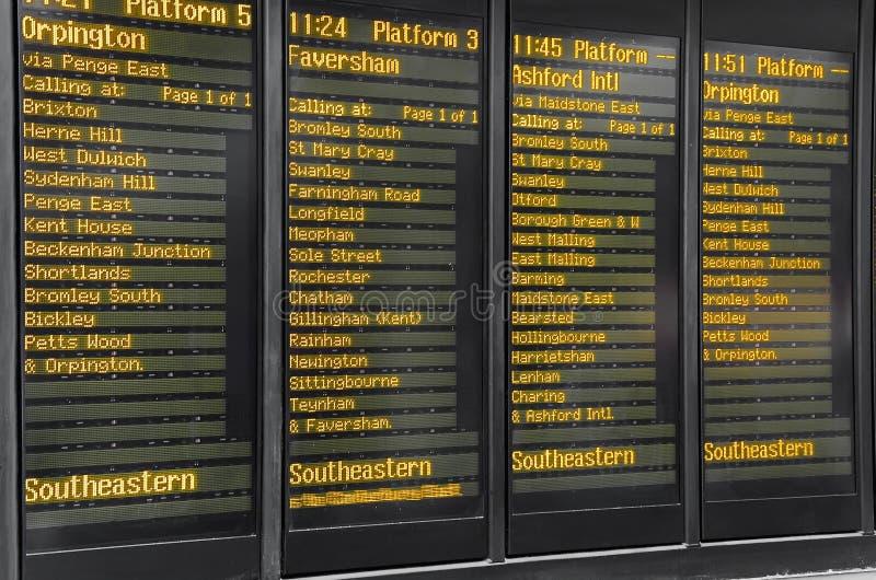 在维多利亚火车站,伦敦的时间表 库存图片