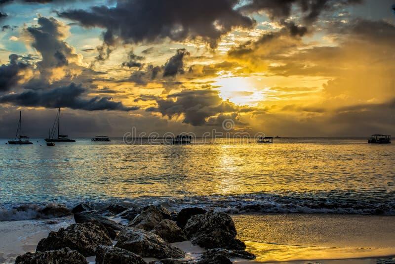 在巴巴多斯的西海岸的日落 免版税库存照片