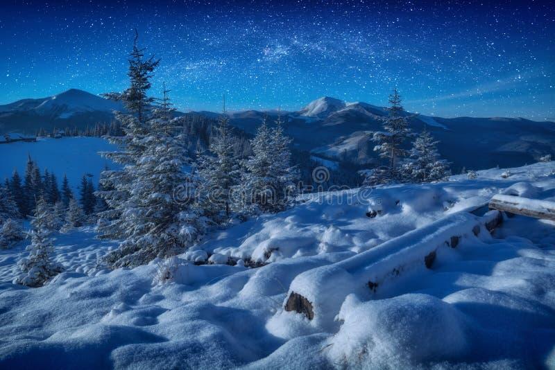 在满天星斗的天空的意想不到的银河在山上 免版税库存照片