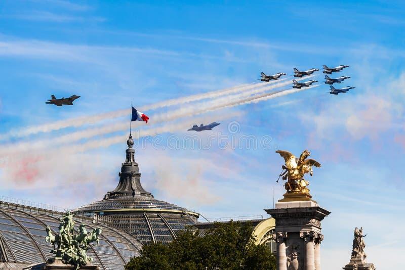 在巴黎天空的雷鸟巴士底日的2017年 库存照片