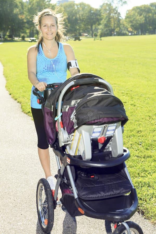 在婴孩之外的体育妇女 免版税库存照片