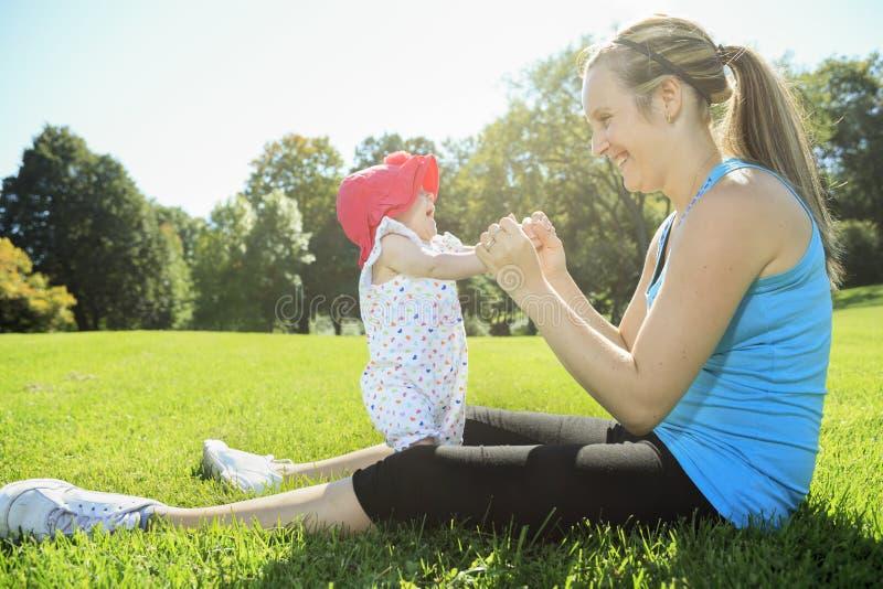 在婴孩之外的体育妇女 库存图片