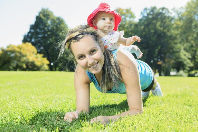 在婴孩之外的体育妇女 免版税图库摄影