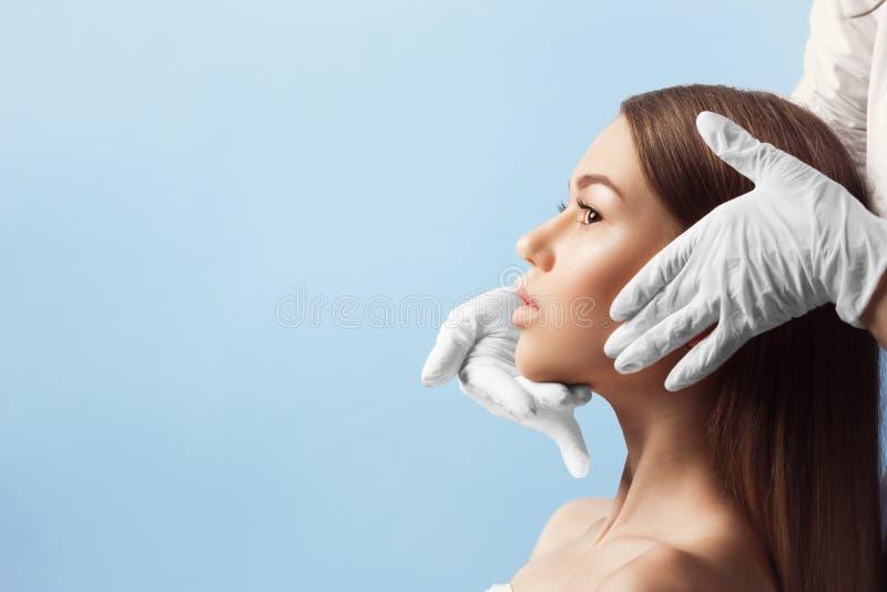 在整容手术前的皮肤检查 库存照片