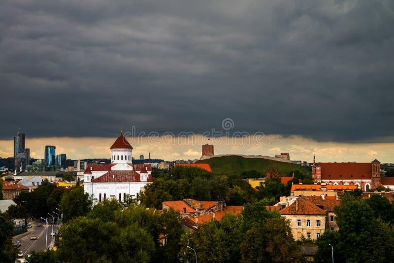 在维尔纽斯,立陶宛的重的黑暗的云彩 免版税库存图片