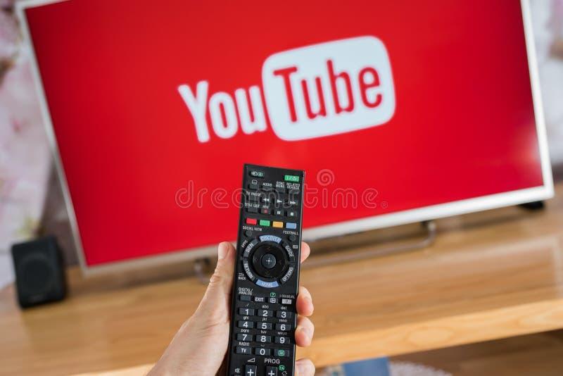 在索尼聪明的电视的YouTube app 库存照片