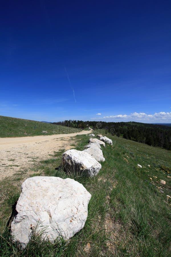在黑山用水泥涂里奇有石灰石冰砾界限的乡下公路在南达科他 图库摄影