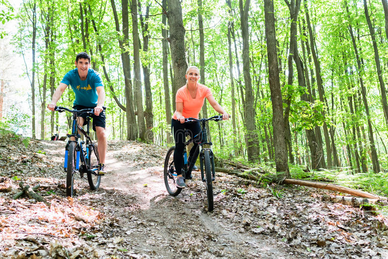 在登山车自行车的夫妇 库存照片