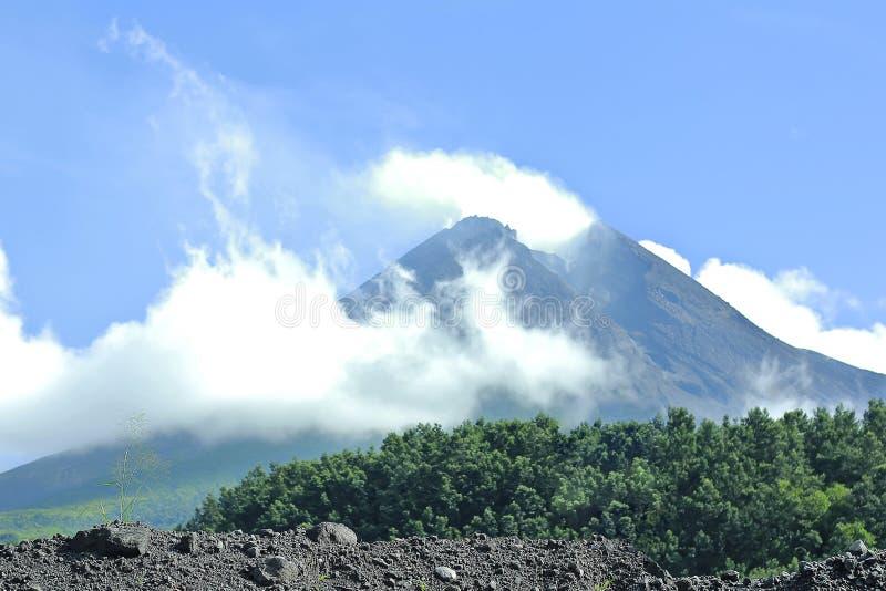 在2010巨型的爆发以后的Merapi山 免版税库存照片