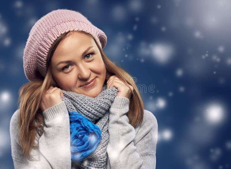 在围巾包裹的美丽的女孩 库存照片