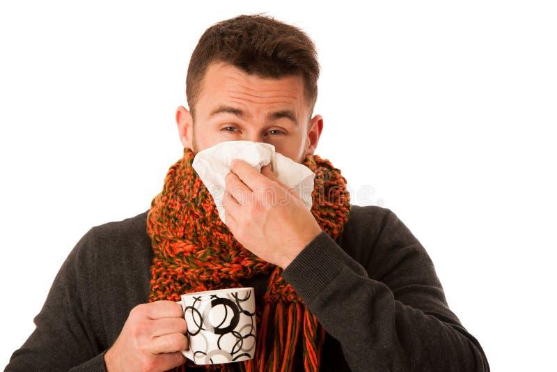 在围巾以流感和热病包裹的人举行杯子愈合t 免版税图库摄影