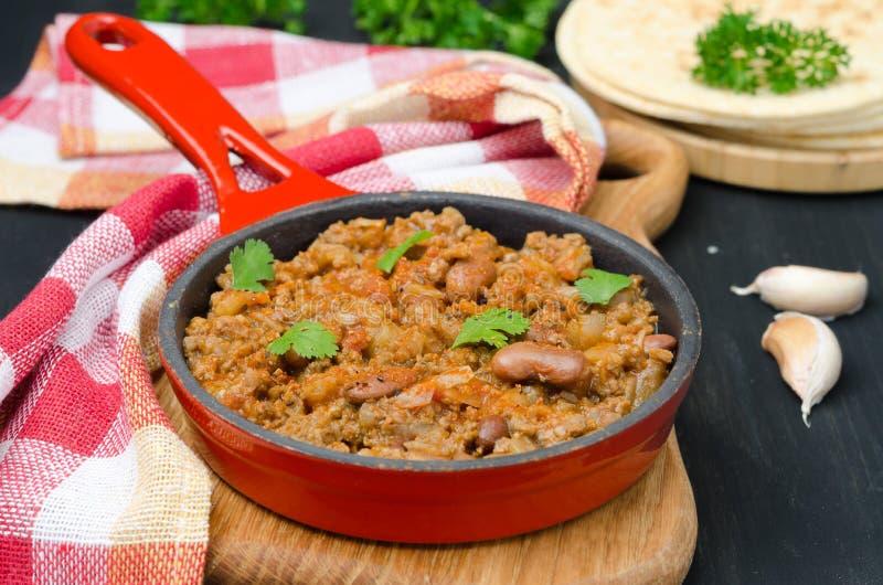 在水平生铁的长柄浅锅的辣豆汤 免版税库存照片
