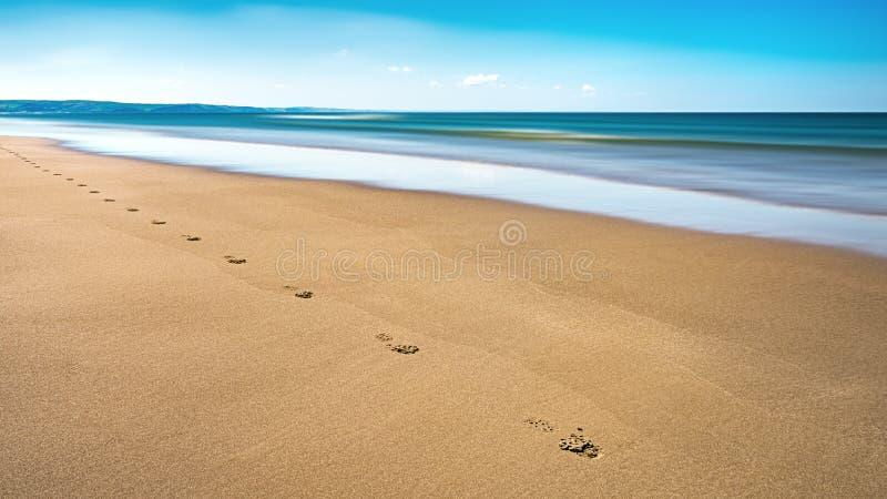 在水平的沙子的Aberdovey Aberdyfi威尔士Snowdonia英国浩大的美好的海景假日目的地脚印 库存照片