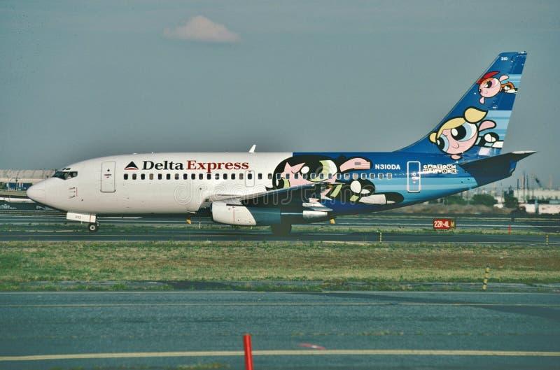 在2000年三角洲在登陆的明确波音B-737在纽华克自由国际机场以后 免版税库存照片