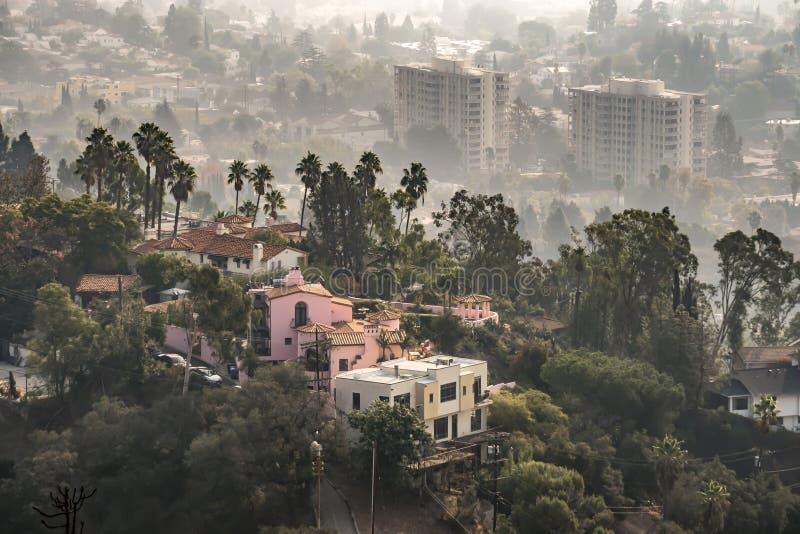 在2018年在从woosle火的烟和郊区包裹的洛杉矶地平线 库存图片
