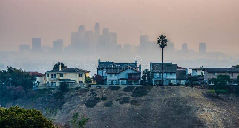 在2018年在从woosle火的烟和郊区包裹的洛杉矶地平线 库存照片