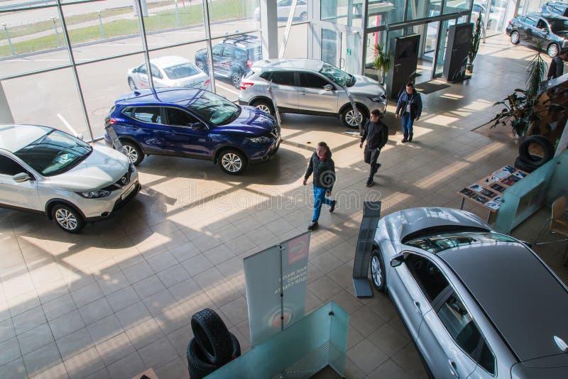 在2017年经销权日产陈列室和汽车在基洛夫市 库存照片