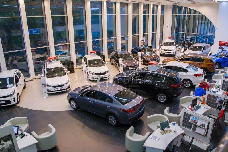 在2017年经销权起亚陈列室和汽车在基洛夫市 库存照片