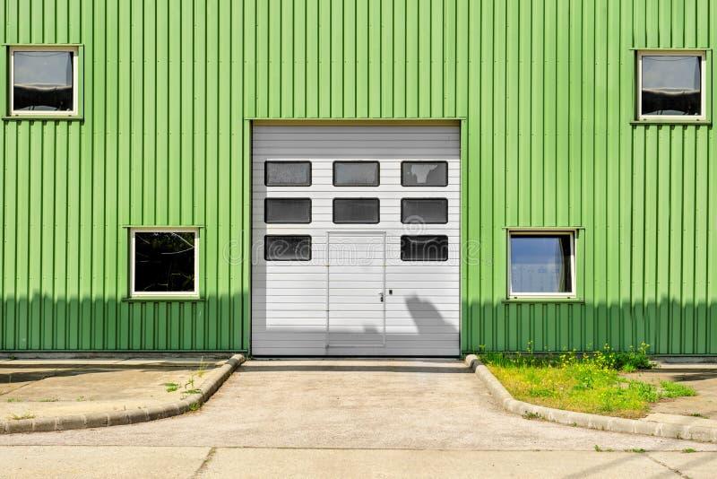 在仓库的大工业门 免版税库存照片