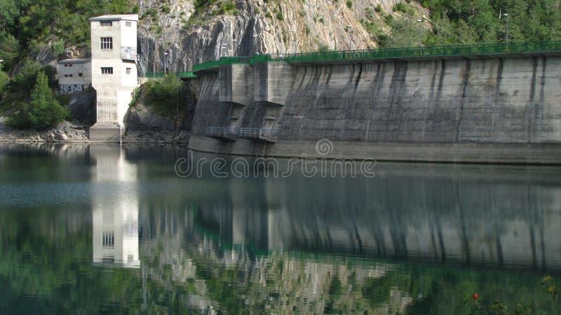 在水库的被反射的水坝 库存图片