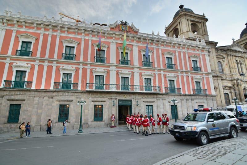 在总统府前面的卫兵 广场Murillo 拉巴斯 流星锤 免版税库存照片