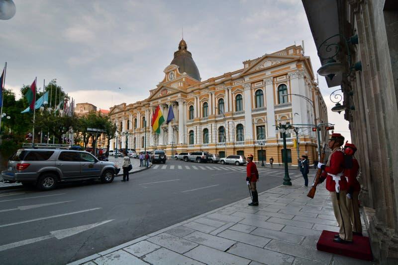 在总统府前面的卫兵 广场Murillo 拉巴斯 流星锤 库存图片