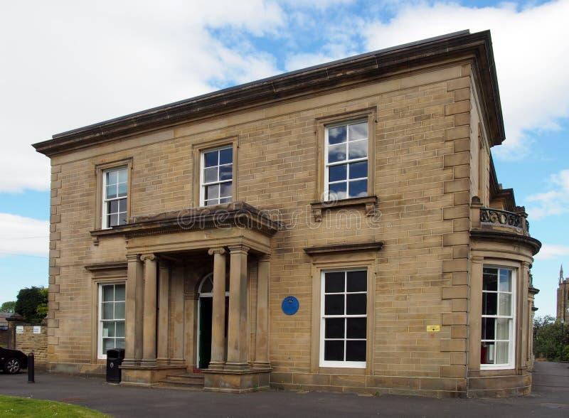 在1841建造的brighouse公立图书馆,称rydings的一个私有房子 免版税库存照片