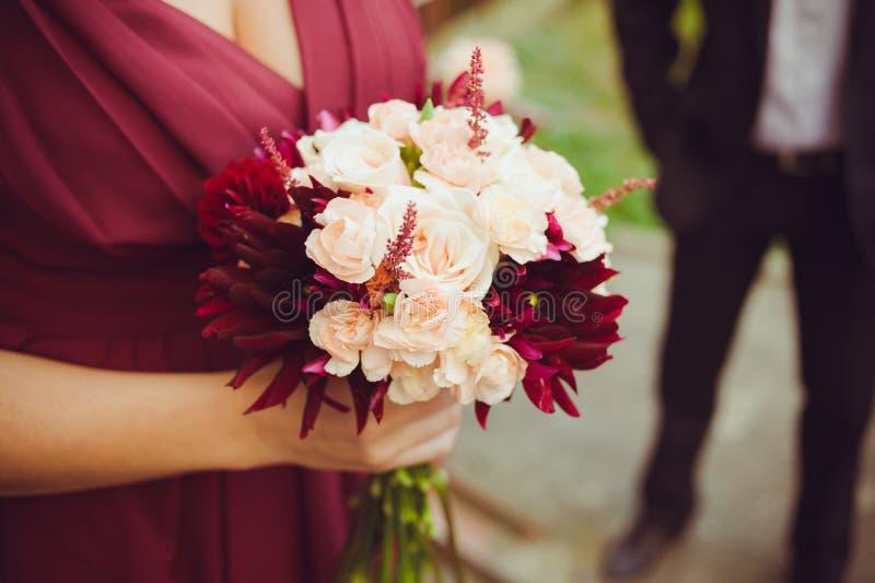 在仪式前的大婚礼花束 库存图片